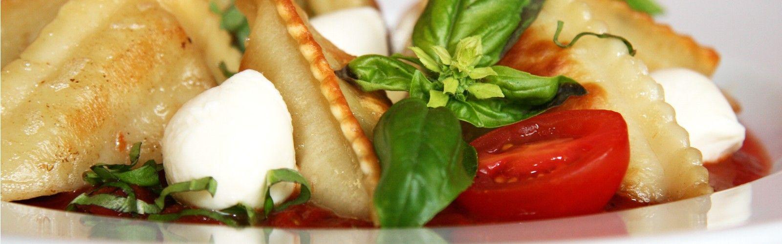 Alb-Gold Maultaschen gebraten mit Tomaten, Mozzarella und Basilikum