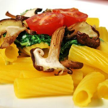 Mais-Reis-Rigatoni mit Spinatsauce und Pilzen