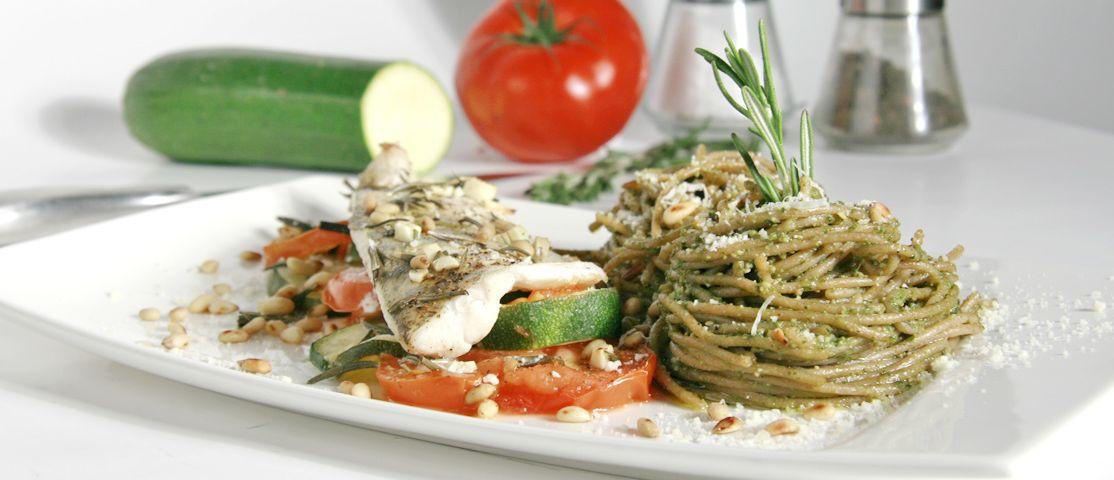 Dinkel-Vollkorn-Spaghetti mit Zander auf Gemüse an Pesto