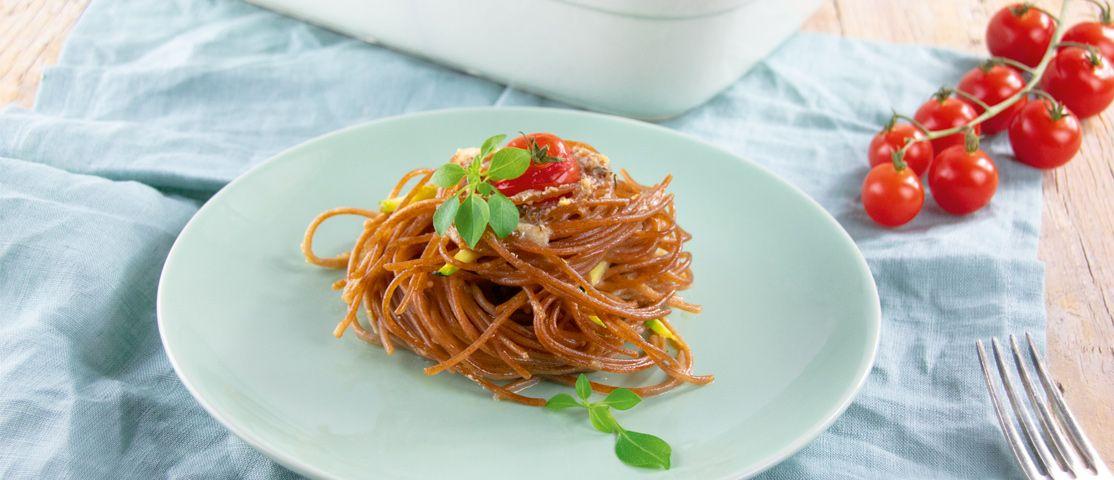 Spaghetti-Nester mit Zucchini und Tomaten