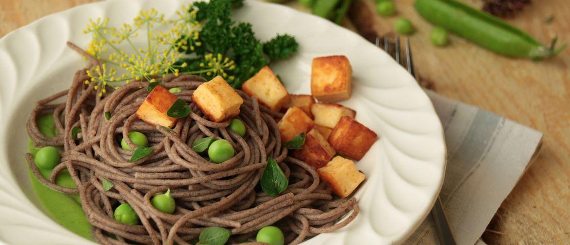 Buchweizen Spaghetti an feiner Erbsensauce und gebratenem Grillkäse
