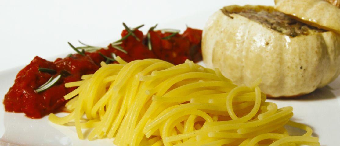 Ãœberbackene Minikürbisse mit Mais-Reis Spaghetti an Gemüse-Ragout