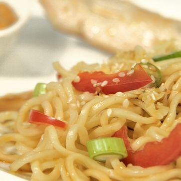 Lauwarmer Chinakohlsalat an Mie-Nudeln und Hähnchenspießen
