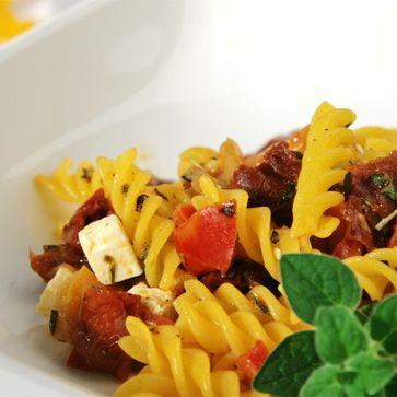 Antipasti-Salat mit Mais-Reis Fusilli