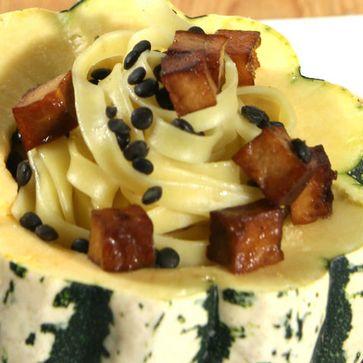 Lauwarmer Linsen-Tagliatelle-Salat mit Räuchertofu und Kürbissauce