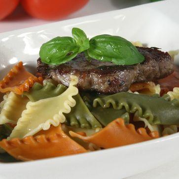 Pantacce mit Rindersteak an mediterraner Tomatensauce