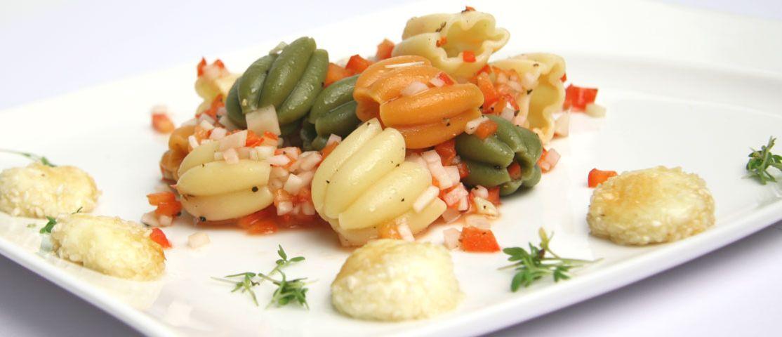 Calici-Salat mit Mozzarella-Sesam-Kugeln und Gemüse-Vinaigrette