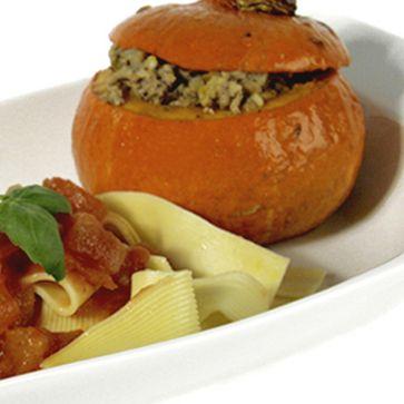 Gefüllte Minikürbisse mit Tomatensauce an Walznudeln