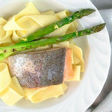 Walznudeln mit Lachs und grünem Spargel an Weißweinsauce