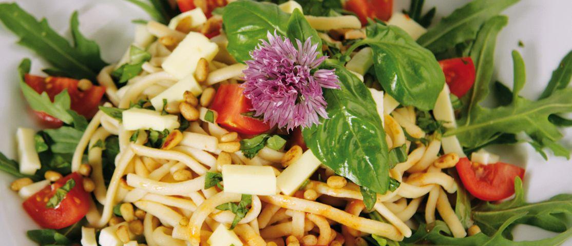 Dinkel-Spätzlesalat mit Tomaten, Mozzarella und Pinienkernen