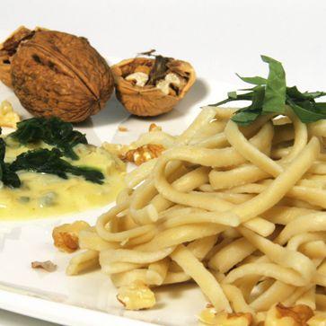 Dinkel Spätzle mit Gorgonzola-Sauce und Walnüssen