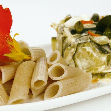 Zucchini-Nudeltopf mit knusprigem Salbei