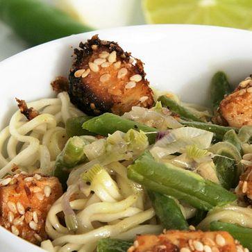 Gelbes Curry mit Mie-Noodles und Kokos-Sesam-Tofu