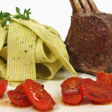 Lammkrone an Walznudeln und Bärlauch-Pesto